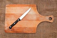 Messer auf einem Schneidebrett Stockbild