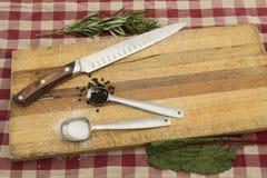 Messer auf Schneidebrett für Mahlzeitvorbereitung Stockfotografie