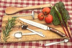 Messer auf Schneidebrett für Mahlzeitvorbereitungsideen in der Küche Lizenzfreie Stockfotos