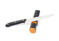 Messer in einem Bleistiftspitzer lokalisiert Lizenzfreie Stockfotografie