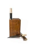 Messer in einer Holzkiste stockfotos