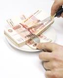 Messer, Hände und Geld Stockfoto