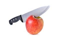 Messer hacken oben Apfel auf Weiß Lizenzfreie Stockfotos