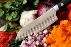 Messer mit gehacktem Gemüse Stockbilder