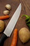 Messer mit Gemüse Stockfotos