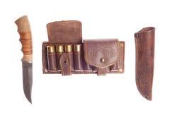 Messer mit Scheide und Schulterriemen mit Jagdmunitionen Stockbild