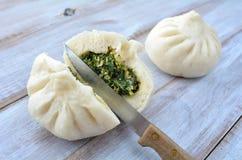 Messer schnitt einer chinesischen Lebensmittelzur hälfte Spezialität, Mehlkloß Lizenzfreie Stockfotografie