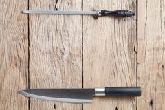 Messer und Bleistiftspitzer auf altem Holztischhintergrund Stockfoto