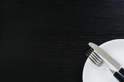 Messer und Gabel auf einer Platte Stockbilder