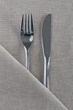 Messer und Gabel auf natürlichem Leinen Lizenzfreies Stockbild