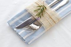 Messer und Gabel mit Serviette und Rosmarin Lizenzfreie Stockfotografie