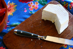 Messer und Käse auf der Tabelle Lizenzfreie Stockfotos
