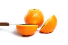 Messer und Orange halb und halb geschnitten Stockfotografie