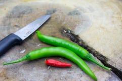 Messer und Paprikas Stockbilder