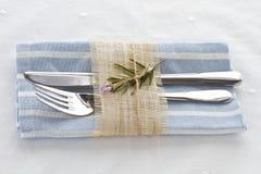 Messergabel und -serviette gebunden mit Frühling Stockbilder
