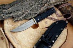 Messerjagdtourist mit einem Blatt vom Titanen Lizenzfreies Stockbild