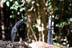 Messerkampf im Wald Stockfoto