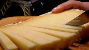 Messerschnittstreifen des Hartkäses stock video