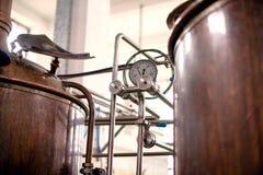 Messgerät auf Bottich Coppler Distillary lizenzfreies stockbild