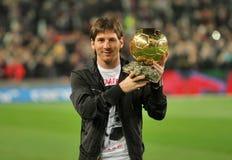 Messi sostiene la sfera dorata Immagini Stock Libere da Diritti