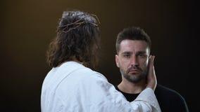 Messiah στο άσπρο ύφασμα που αγκαλιάζει τη φωνάζοντας απελπισμένη αρσενική, θρησκευτική υποστήριξη, πίστη απόθεμα βίντεο