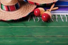 Messicano di legno anziano marzo del fondo del de Mayo di cinco di festa del sombrero del Messico fotografie stock libere da diritti