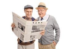 Messieurs supérieurs de Wwo lisant un journal Image libre de droits