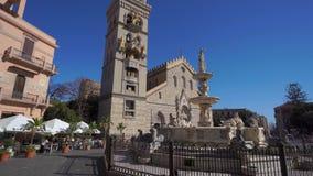 MESSINA, ITALIA - 6 DE NOVIEMBRE DE 2018 - catedral del Duomo de Messina con el reloj y la fuente astronómicos de Orión en 4k metrajes
