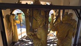 MESSINA, ITALIA - 6 DE NOVIEMBRE DE 2018 - decoraciones y elementos de oro interiores del campanario de la catedral de almacen de metraje de vídeo