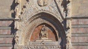 MESSINA, ITALIA - 6 DE NOVIEMBRE DE 2018 - elementos de la decoraci?n de las puertas del campanario de la catedral de Messina almacen de metraje de vídeo