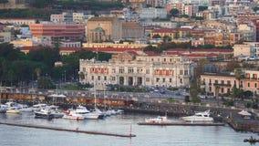 MESSINA, ITALIA - 6 DE NOVIEMBRE DE 2018 - vista panor?mica de los edificios en el lado del puerto en el de Sicilia y de Palazzo almacen de metraje de vídeo
