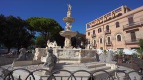 MESSINA, ITALIEN - NOVEMBER 06, 2018 - Messina Duomodomkyrka med den astronomiska klockan och springbrunnen av Orion i 4k arkivfilmer