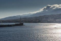 Messina und Innenberge von Sizilien vom Meer Lizenzfreies Stockfoto