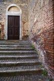 messing en houten deur in een kerkcrenna gallarate Varese Italië Stock Afbeelding