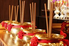 Messing-Joss Sticks auf tabel stockfotos