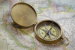 Messingcompas über Südamerika-Karte Lizenzfreie Stockfotos