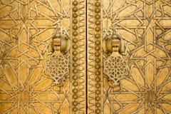 Messinggatter mit doorknockers Marrakesch, Marokko Stockfotos