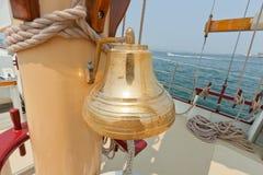 Messingglocke auf der privaten Segelyacht. Lizenzfreies Stockfoto