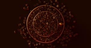 Messinggoldkaffeetasse eine Untertasse voll von den Kaffeebohnen lizenzfreie stockfotos