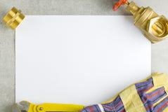 Messinginstallationen auf Blatt Papier Lizenzfreie Stockfotografie