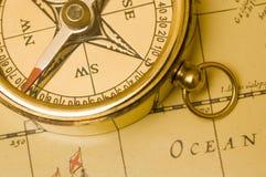 Messingkompaß der alten Art auf einer Karte Stockfotografie