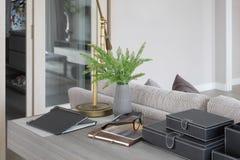 Messinglampe auf hölzerner Spitzenfunktionstabelle im Wohnzimmer lizenzfreie stockfotografie