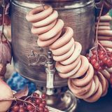 Messings uitstekende samovar, ongezuurde broodjes, rode bessen en appelen als symbool van Russische gastvrijheid Gestemd beeld royalty-vrije stock foto's