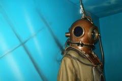 Messingshelm en retro kostuum voor diepe duik en copyspace stock afbeelding