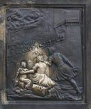 Messingshulp van St John van Nepomuk op Charles Bridge in Praag Stock Fotografie