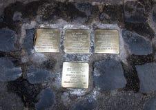 Messingsplaques die de dood van een gedeporteerde Jood herdenken Royalty-vrije Stock Afbeeldingen