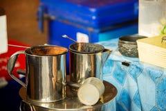 Messingteekessel-Weinleseart im lokalen Kaffeecafeteriashop alte asiatische Kaffeemaschine durch Füllertasche und gekochtes Wasse Stockbilder