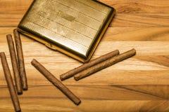 Messingzigarettenetui-und Kubaner-Zigarillos Lizenzfreie Stockbilder