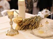 Messkelch auf einem Altar in einer Kirche mit den Ohren des Weizens ein religiöses s stockbilder