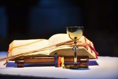 Messkelch und offenes Gebetsbuch Stockfoto